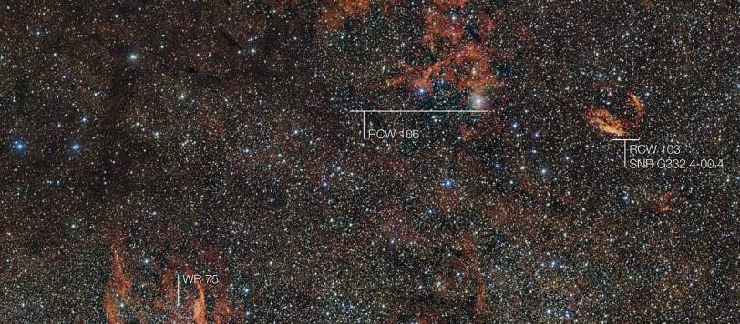 In diesem gewaltigen neuen Bild werden Wolken aus purpurrotem Gas von seltenen, massereichen Sternen erleuchtet, die vor nicht allzu langer Zeit gerade erst gezündet haben und noch tief in dicken Staubwolken verborgen sind. Diese sengend-heißen, sehr jungen Sterne sind nur flüchtige Darsteller auf der kosmischen Bühne und ihre Entstehung bleibt weiterhin voller Rätsel. Der gewaltige Nebel, in dem diese Riesen geboren wurden, ist hier zusammen mit seiner sternenreichen und faszinierenden Umgebung detailreich vom VLT Survey Telescope (VST) der ESO am Paranal-Observatorium in Chile aufgenommen worden. In dieser Weitwinkelaufnahme sind auch viele andere interessante Objekte zu sehen: Zum Beispiel sind die Filamente rechts im Bild Überbleibsel der lange zurückliegenden Supernova SNR G332.4-00.4 (auch als RCW 103 bezeichnet), und die glimmenden roten Filamente im unteren linken Bereich (RCW 104) umgeben den ungewöhnlichen und sehr heißen Wolf-Rayet-Stern WR 75. Über die gesamte kosmische Landschaft hinweg sind Flecken aus dunklem Staub zu sehen, die alles im Hintergrund verschleiern. Herkunftsnachweis: ESO